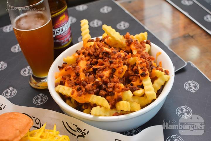 Batatas com cheddar e bacon - Five Burger