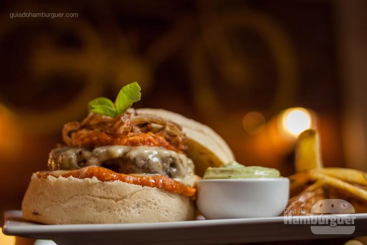Pão ciabata, hambúrguer de fraldinha de 150g, queijo muçarela, molho de tomate italiano, manjericão fresco e onion rings acompanhado com batata rústica e maionese da casa. - Floripa Burger Fest 2ª edição