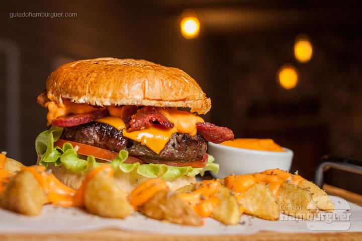 Pão brioche, burger de picanha de 160g na brasa, queijo cheddar, bacon americano crocante, tomate e alface americana, cream cheddar, acompanhado de fritas, maionese verde e molho Barbecue. - Floripa Burger Fest 2ª edição