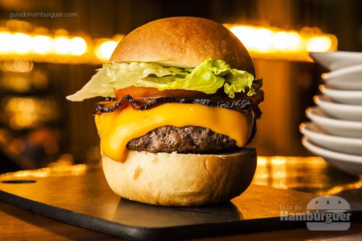 pão caseiro, hambúrguer de 200g , queijo cheddar, bacon, alface e tomate – R$ 30 - Barê