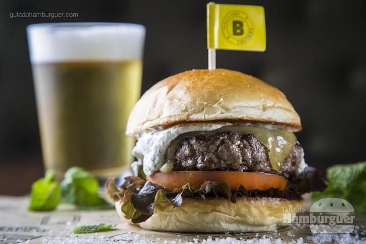 hambúrguer de cordeiro de 180g, molho de iogurte com hortelã, queijo emmental, alface e tomate no pão de brioche – R$32 ou Combo Burger + Budweiser - R$ 36,50 - BFactory Hamburgueria (Santo André)