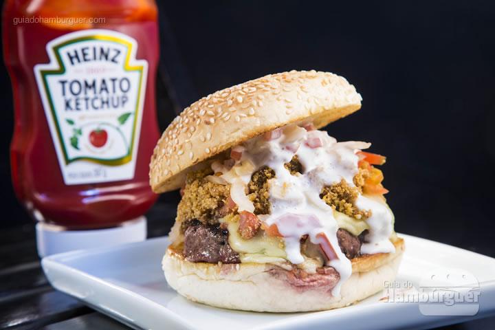 Blend de 150g especial da casa, queijo mussarela, farofa de bacon e abacaxi, vinagrete e maionese de alho, no Pão com gergelim - R$ 27 - Break Lab Burger