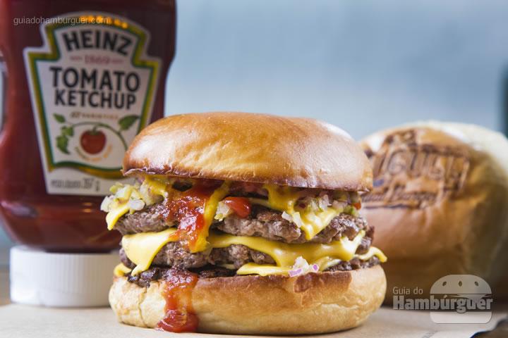 3 discos de carne black angus, queijo, cebola picada, ketchup, mostarda e picles – R$ 22 - Bullguer
