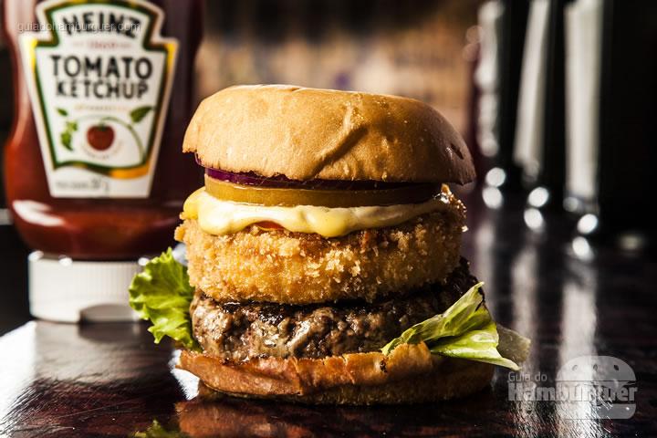 Carne de 140g Angus, queijo camembert empanado, alface, tomate, cebola roxa, picles e maionese da casa, ketchup e mostarda dijon no pão de hambúrguer artesanal - R$ 29,00 - Burger Joint