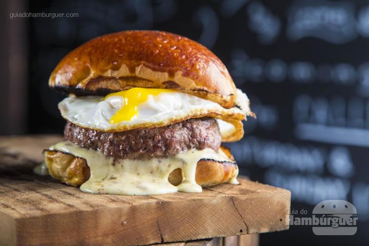 pão com amêndoas, burger 180g grelhado no carvão, maionese trufada e ovo frito - R$ 44,00 - Burger Table