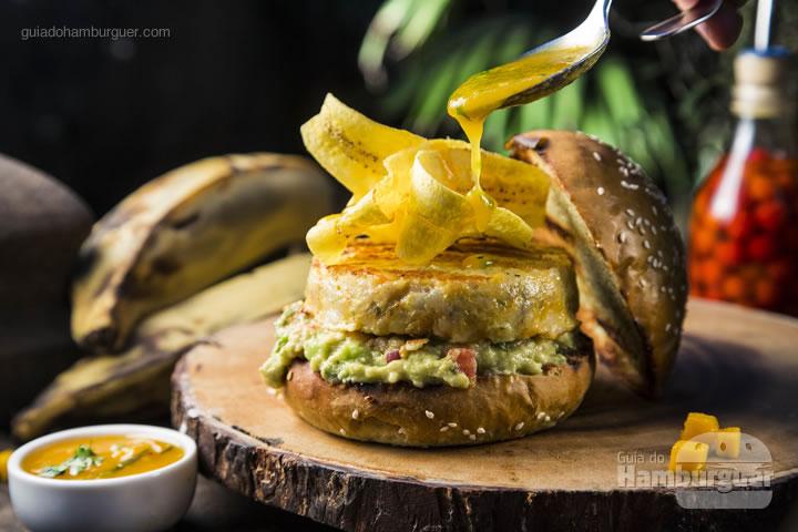 Hambúrguer de camarão no pão de capim santo. Acompanha chips de banana. O Up no burger será um chutney de manga - R$ 43 - Capim Santo