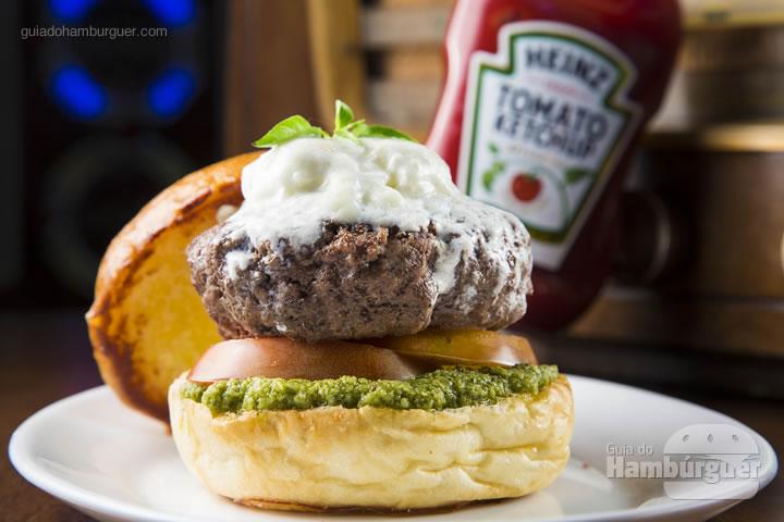 pão de brioche, 180 gramas de blend de carnes especiais wagyu e angus, tomate, molho pesto e pasta de burrata levemente aquecida finalizado com manjericão – R$ 29,99 - Chip's Burger
