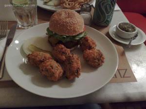 Ritz Burger (200g de carne com queijo cheddar ou gorgonzola, salada, maionese e pancetta) e bolinho de arroz