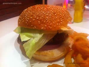 Cadillac, hambúrguer, queijo cheddar, cebola roxa, alface, bacon e molho frank (rosè com pepino em conserva) acompanhado de onion rings - Frank Phillips