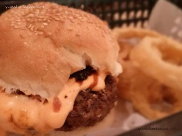Hambúrguer bovino, queijo cheddar, chutney de cebola roxa, molho barbecue e maionese de wasabi