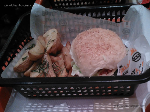 Hambúrguer bovino, molho barbecue, bacon e alface
