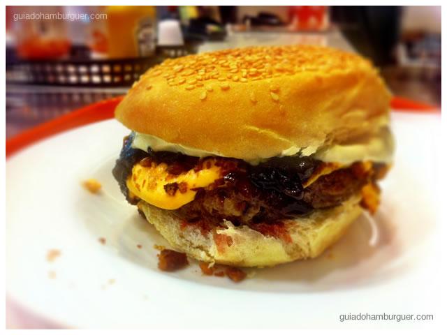 Hambúrguer bovino, queijo cheddar, bacon, picles, chutney de cebola roxa, maionese tradicional e maionese de wasabi