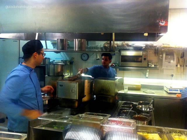 Cozinha e o forno de vapor - Vapor Burger & Beer