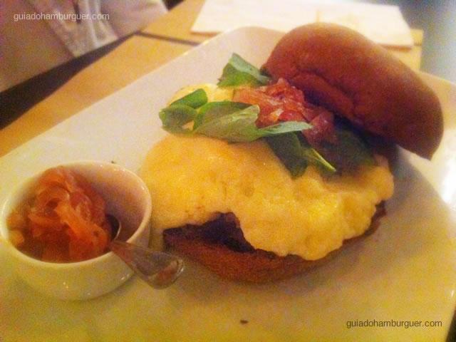 Australiano, hambúrguer de entrecôte, cebola confitada, rúcula e mix de queijo cremoso no pão australiano por R$ 29,00 - Vapor Burger & Beer