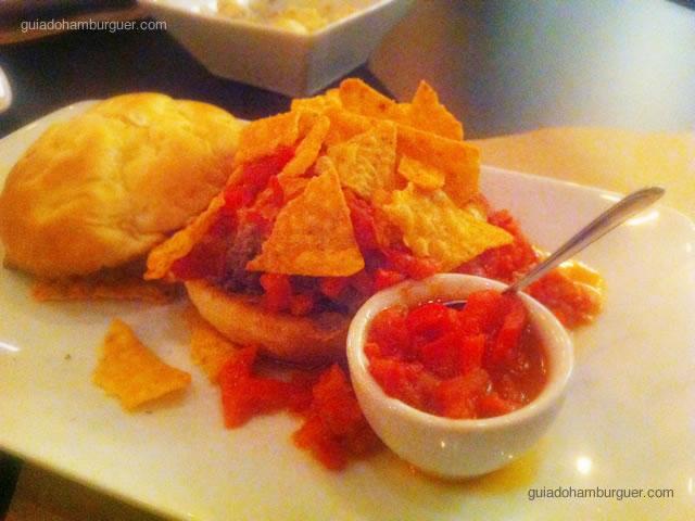 Nacho Burger, hambúrguer de entrecôte, molho picante de tomates, nachos crocantes, queijo da casa no pão de cebola por R$ 28,00 - Vapor Burger & Beer