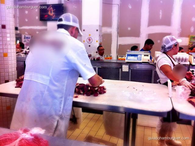 Açougueiro misturando a carne e a gordura em cubos - Receita do hambúrguer perfeito