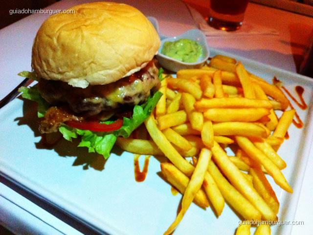 Hambúrguer de Fraldinha – hambúrguer de fraldinha com queijo gruyère, chips de presunto cru, cebolas roxas grelhadas, tomate, alface americana no pão. Acompanhado de fritas, maionese maison e BBQ, servido mal passado