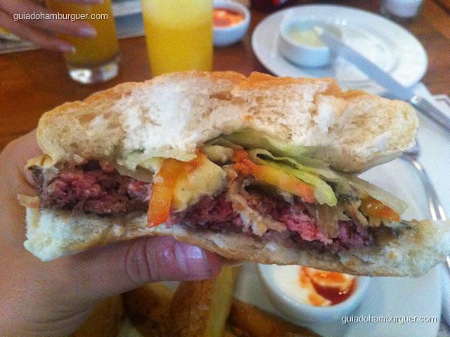 Rocafort – hambúrguer de 200g de fraldinha em combinação de queijo gorgonzola e cebola caramelizada acompanhado de batatas bravas