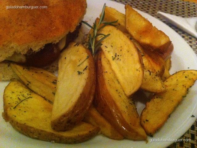 Batatas rústicas com alecrim e alho frito