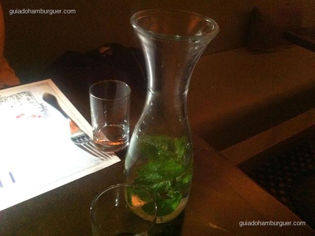 Jarra de água aromatizada com hortelã