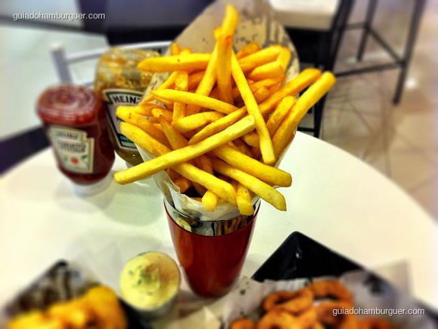 Porção de fritas servida em copo decorativo