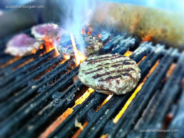 hambúrguer grelhado em Char Broil