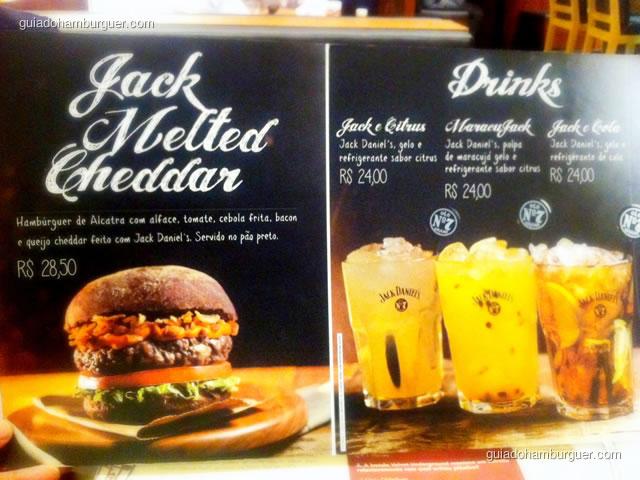Cardápio com o Jack Melted Cheddar e as bebidas preparadas com Jack Daniel's