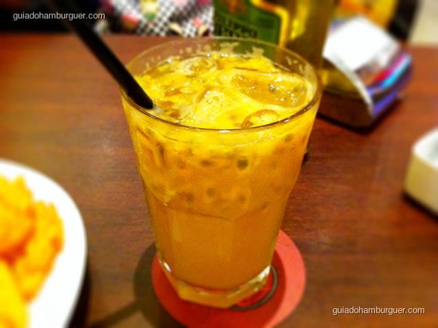 MaracuJack preparado com refrigerante Citrus, uísque e polpa de maracujá
