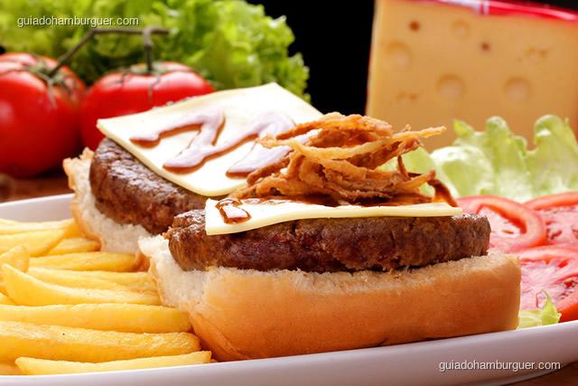 Fachada e mesas - Downtown Burgers