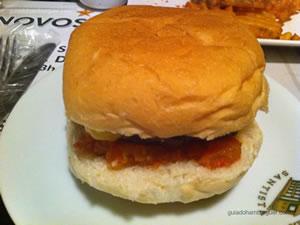 Hambúrguer com queijo, molho especial (base de pimentões, tomates cozidos em vinagre e açúcar, servidos com pepino em conserva e cebola crua), bacon e maionese - Hamburgueria Santista (Boqueirão) em Santos