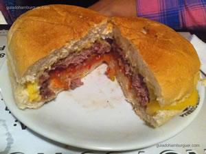 Hambúrguer com queijo e molho especial - Hamburgueria Santista (Boqueirão) em Santos