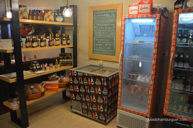 Detalhe da estante e geladeiras do empório - Burger Lab Experience