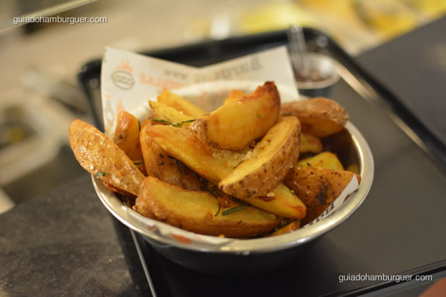Batatas fritas rústicas temperadas com sal grosso aromatizado e alecrim - Burger Lab Experience