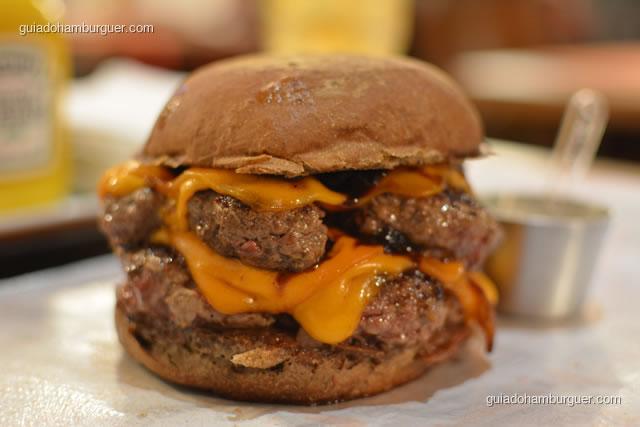 Hambúrguer duplo com blend bovino, cheddar e chutney de cebola roxa - Burger Lab Experience