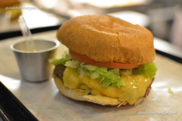 Hambúrguer bovino, queijo Burger Lab, alface americana e tomate caqui - Burger Lab Experience