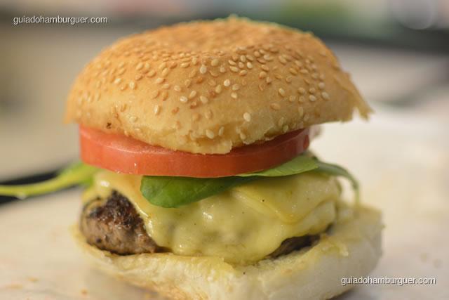 Hambúrguer bovino, queijo Burger Lab, rúcula e tomate caqui - Burger Lab Experience