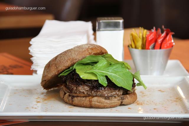Hambúrguer bovino recheado com queijo Roquefort Saint Agur, chutney de cebola e rúcula no pão australiano - Burger Lab Experience