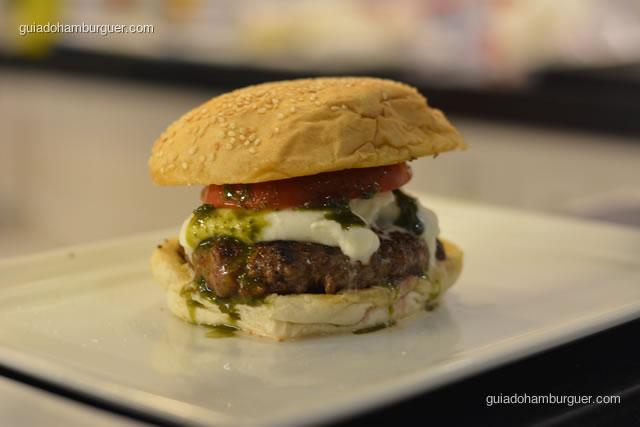 Hambúrguer bovino, burrata (feita com mussarela de búfala e creme de manteiga), tomate momotaro e molho de manjericão - Burger Lab Experience