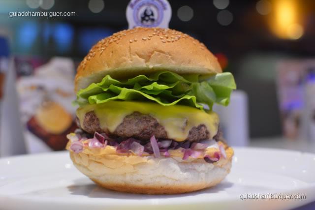 Picanha's burger feito com hambúrguer de picanha de 150g, queijo, alface, cebola roxa, molho especial no pão de hambúrguer com gergelim - Hamburgueria da Mooca