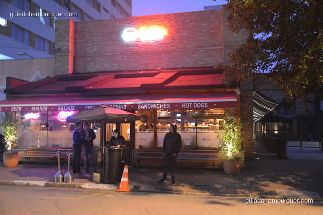Fachada vista à noite - Buddies Burger & Beer