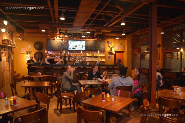 Ambiente com o bar ao fundo - Buddies Burger & Beer
