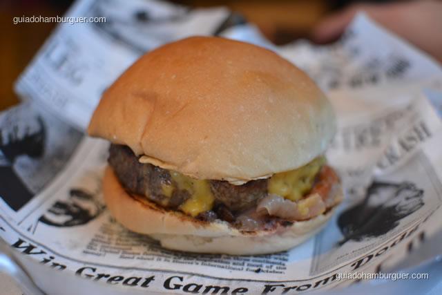 Homemade burger com queijo do Reino e molho de pimentão com cebola - Buddies Burger & Beer