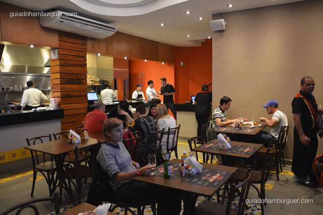 Balcão de preparação dos hambúrgueres e mesas - Paulista Burger