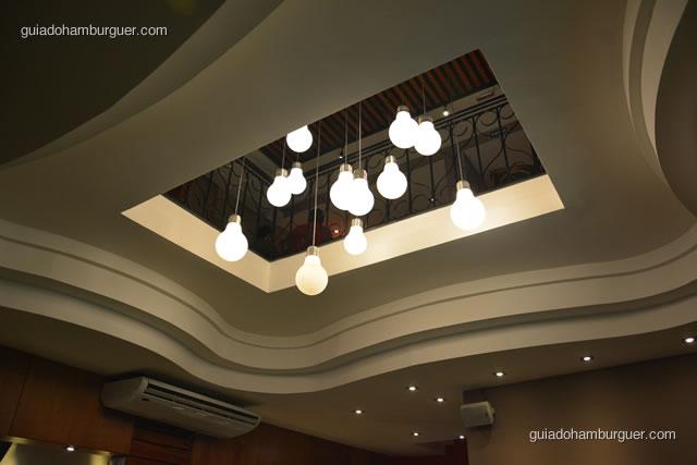 Detalhe da iluminação vista do piso inferior - Paulista Burger