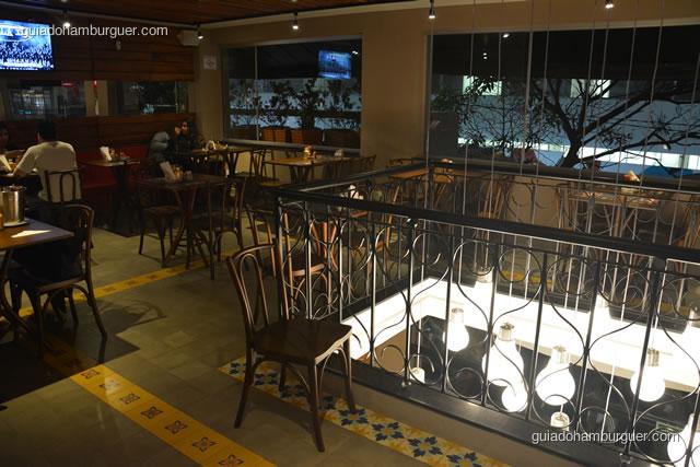 Piso superior, com iluminação mais baixa segundo o estilo da casa - Paulista Burger