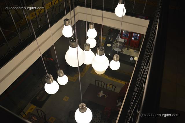 Detalhe da iluminação visto de cima - Paulista Burger