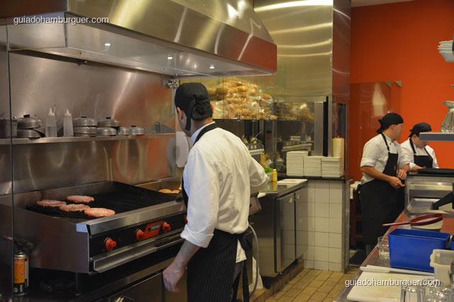 Hambúrgueres sendo preparados no char broil - Paulista Burger
