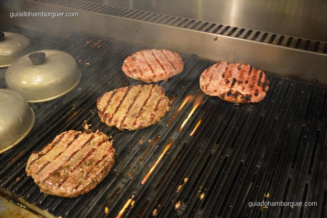 Hambúrgueres sendo grelhados - Paulista Burger
