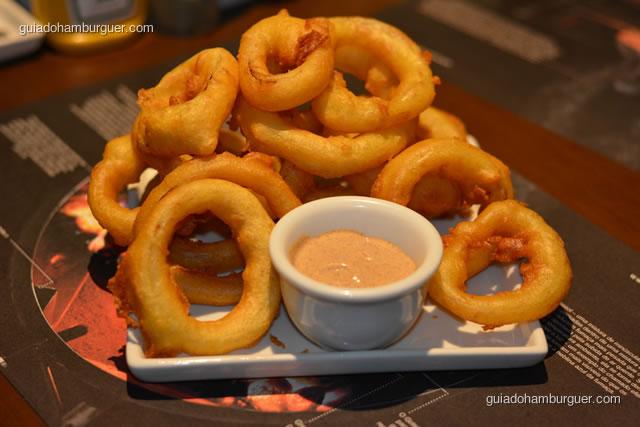 Porção de onion rings acompanhada de molho rosè - Paulista Burger