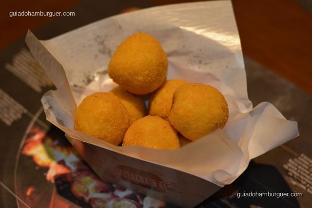 Arancini, bolinhos de risoto preparados recheados de carne moída - Paulista Burger
